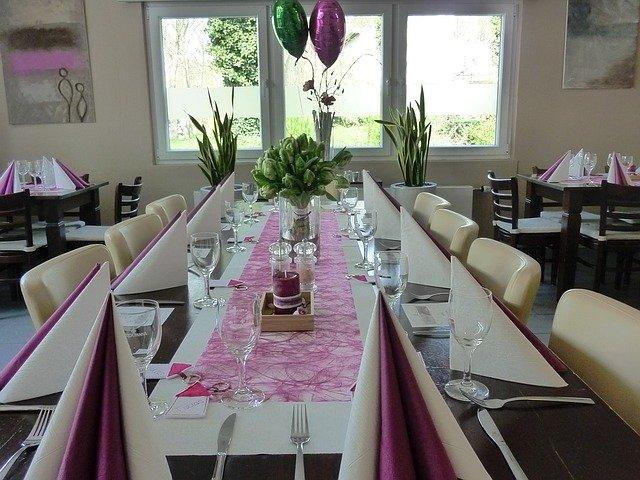 dekoracja stołu na komunię w domu